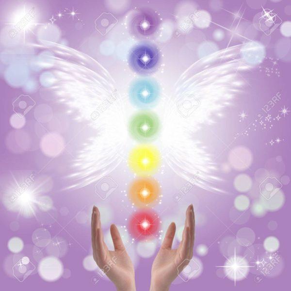 40555334-healing-hands-et-sept-chakras-sur-un-fond-pastel-couleur-pétillante